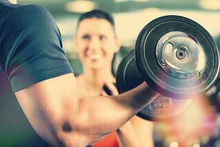 Viele Sportler wie Bodybuilder unterstützen ihr Training mit Nahrungsergänzungsmitteln.
