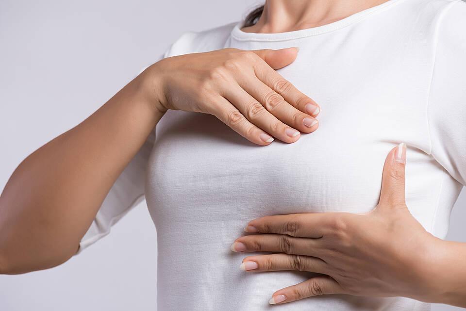 Frauen in den Wechseljahren sollten eine Hormonersatztherapie nur so kurz und niedrig dosiert wie möglich anwenden. Grund ist ein erhöhtes Brustkrebsrisiko.