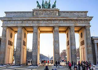 Suizid enttabuisieren: 600 Menschen liegen heute vor dem Brandenburger Tor