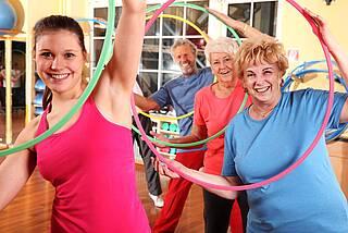 Osteoporose: Gymnastikgruppe mit Hula-Hoop-Reifen-