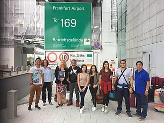 Die ersten sechs Asklepios-Pflegekräfte von den Philippinen am Flughafen Frankfurt