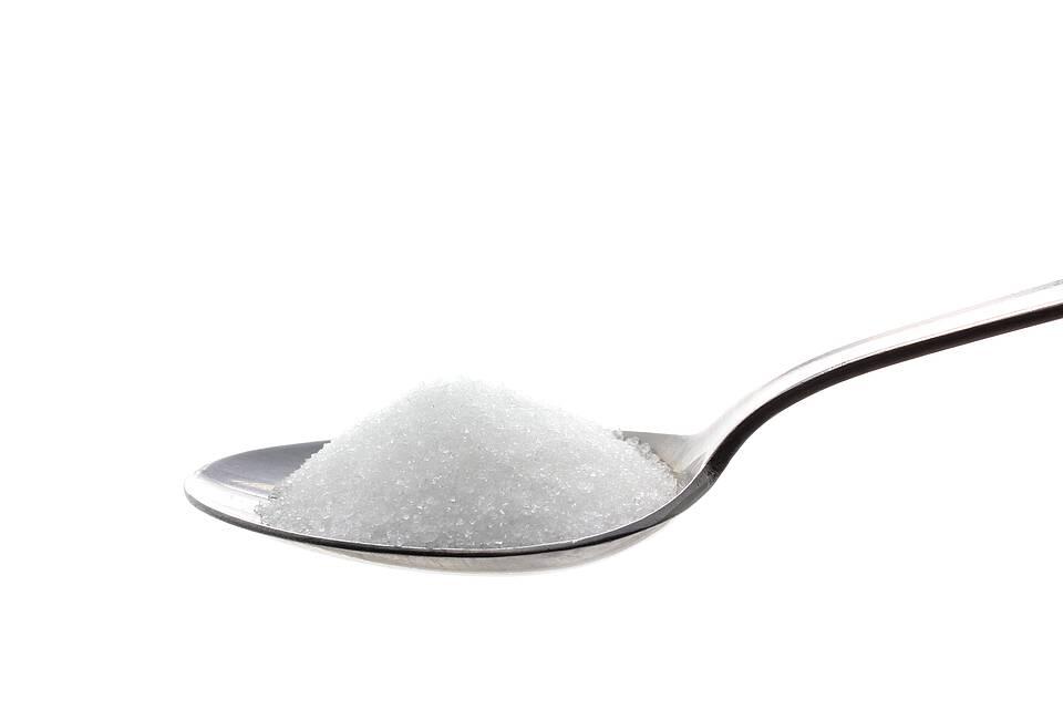 Teelöffel mit weißem Zucker.