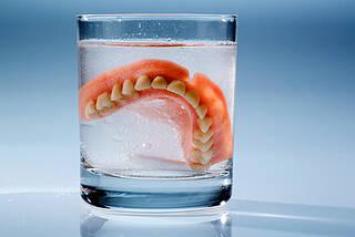Viele Pflegebedürftige sind bei der täglichen Mundhygiene auf Hilfe angewiesen