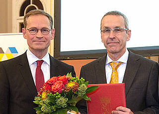 Viel in der Schlaganfallforschung geleistet: Ulrich Dirnagl (re.) erhält den Berliner Wissenschaftspreis 2016 von Michael Müller