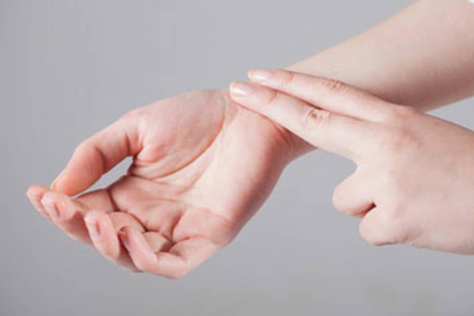 Vorhofflimmern erkennt man an einem unregelmäßigen Puls. Durch eine bessere Frühdiagnostik könnten jedes Jahr Tausende Schlaganfälle vermieden werden