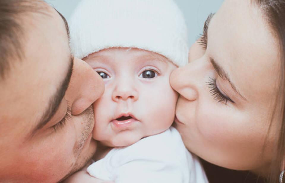 Bei Lippenherpes ist Küssen verboten. Denn Herpesinfektionen können für Säuglinge richtig gefährlich werden und eine Enzephalitis auslösen