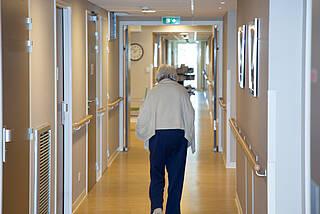Drastische Übersterblichkeit in Pflegeheimen: Der AOK Pflegereport belegt, wie der Schutz der vulnerabelsten Gruppe während der Pandemie versagt hat