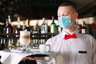 Maske, Mund-Nasen-Schutz, Kellnern in Corona-Zeiten