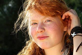 Teenager mit roten Haaren