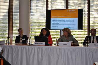 Studienautorin Prof. Steffi Riedel-Heller (2.v.li.), Dr. Iris Hauth, Präsidentin der DGPPN (2.v.re.)S, Pro