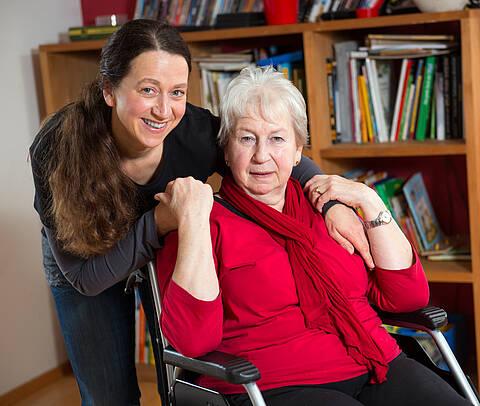 Wenn Angehörige die Pflege übernehmen: Mutter und Tochter