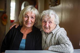 pflegende angehörige, mutter und tochter, zwei generationen, ambulante pflege