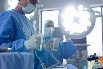 Ein Defibrillator kann Leben retten. Doch implantierte Geräte tun das nur selten und lösen oft traumatisierende Fehlschocks aus