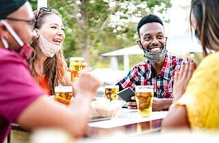 Ohne Corona-Test im Biergarten feiern. Berlin hat ab Freitag zahlreiche Lockerungen beschlossen