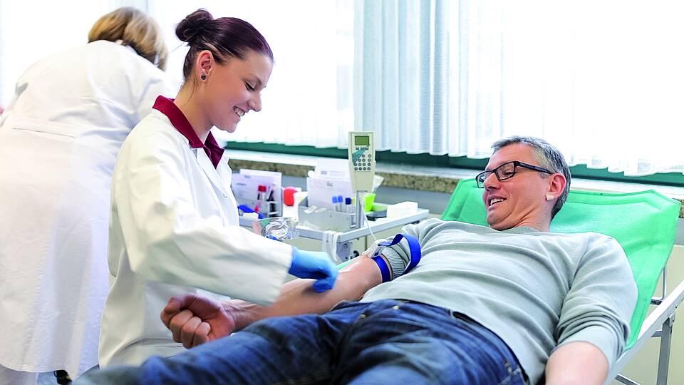 Täglich werden in Deutschland 15.000 Blutspenden benötigt.Spenderblut und daraus gewonnene Medikamente kommen vor allem Krebskranken zugute.