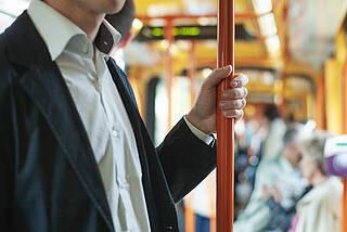 Öffentliche Verkehrsmittel werden in Berlin nicht desinfiziert, sondern nur regelmäßig gereinigt. Dabei bleiben Coronaviren fast eine Woche lang an glatten Flächen haften