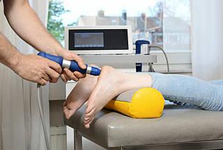 Die Stoßwellentherapie bei Fersenschmerz hat selbst der kritische IGEL-Monitor für gut befunden. Aber auch viele andere IGEL können nützlich sein