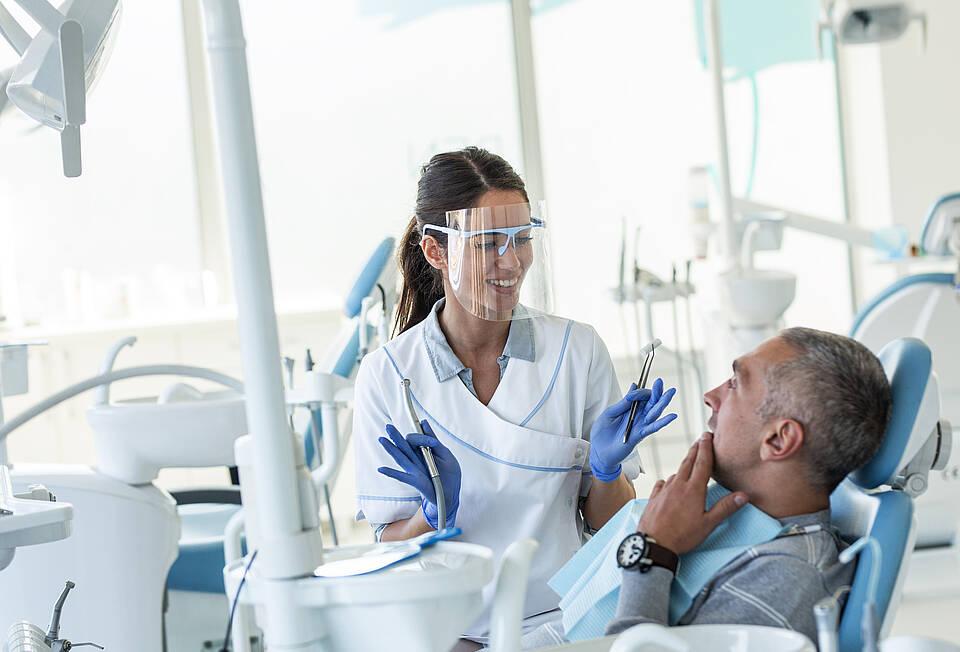 WHO rät von routinemäßigen Zahnarztkontrollen ab. Ob das auch für Deutschland gilt, ist Auslegungssache
