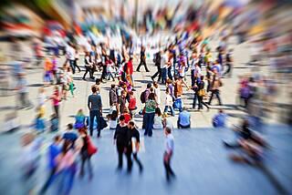 Zoombewegung auf Menschenmenge