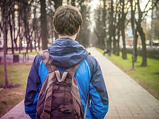 teenager, schulweg, jugendlicher, schulzeit