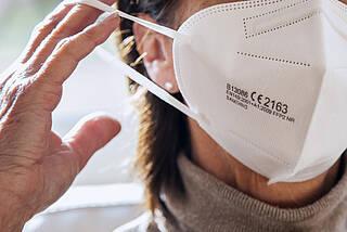 CE-Kennzeichnung, Code von Prüfinstitut und Prüfung, Schutzklasse, Jahr und Code der Prüfung: Die Eine umfangreiche Kennzeichnung soll die Qualität von FFP2-Masken beweisen.