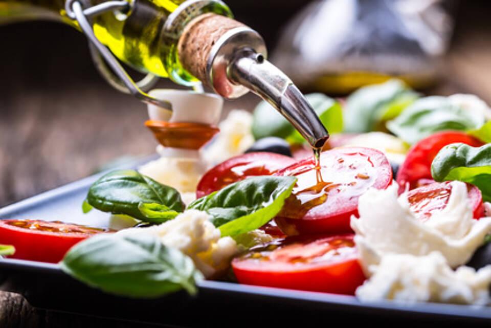mittelmeer-diät, olivenöl, tomaten, mozzarella, gemüse, basilikum, mediterrane küche