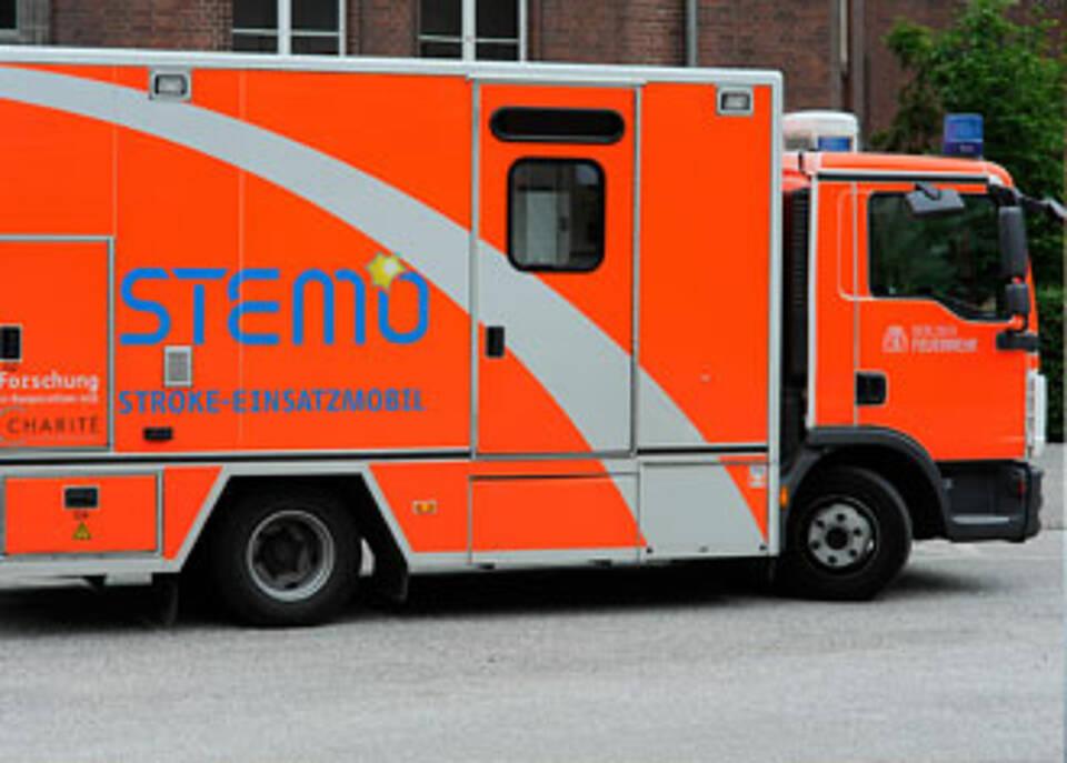 Verdacht auf Schlaganfall: Das Stroke-Mobil STEMO bringt ein Stück Krankenhaus zum Patienten