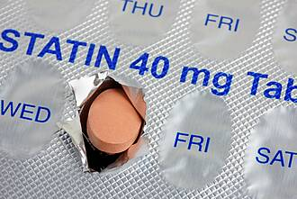 Statine: Rosa Tablette schaut aus Blister heraus