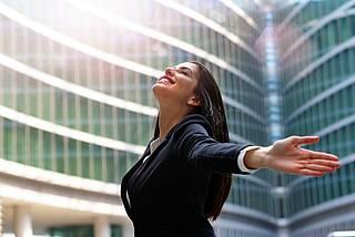 Geschäftsfrau macht Atemübung im Alltag.