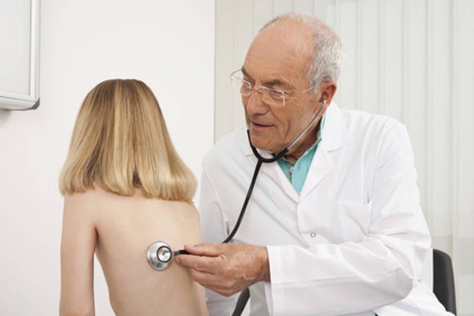 kinderarzt, lungenentzündung, husten, krankes kind, untersuchungiiste