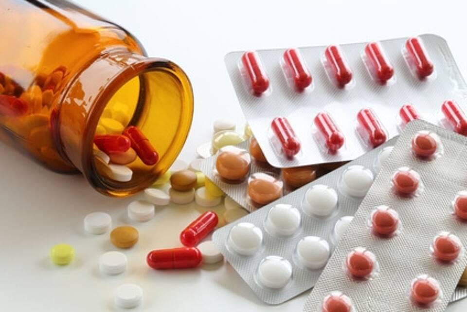 Tabletten, Dragees, Kapseln - lose und in Blistern verpackt, braunes Arzneimittelglas