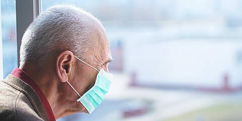 Wie lassen sich Alten- und Pflegeheime vor COVID-19 schützen? Bis heute gibt es dazu kaum wissenschaftliche Evidenz