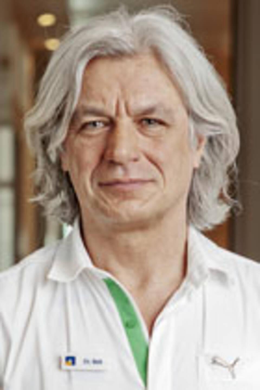 Der Berliner Internist und Schmerztherapeut Dr. Jan Bek über chronische Rückenschmerzen und warum Krankschreibungen alles noch schlimmer machen.