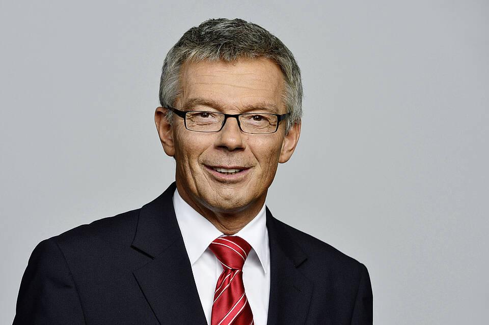 Josef Hecken vom G-BA will Patienten vor fragwürdigen homöopathischen Mitteln schützen. Dafür legt er sich gerne mit den vielen Befürwortern an