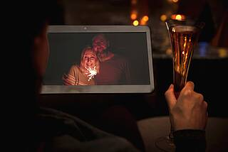 Silvester: Freunde prosten sich mit Sekt zu - per Videoschalte.