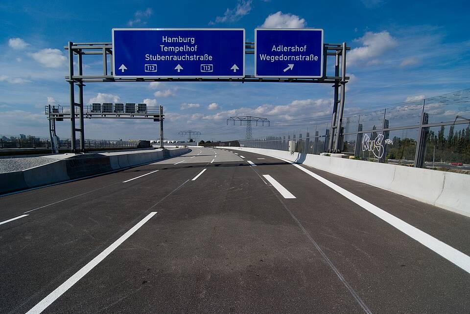 Leere Stadtautobahn in Berlin - Blaues Schild: München, Tempelhof