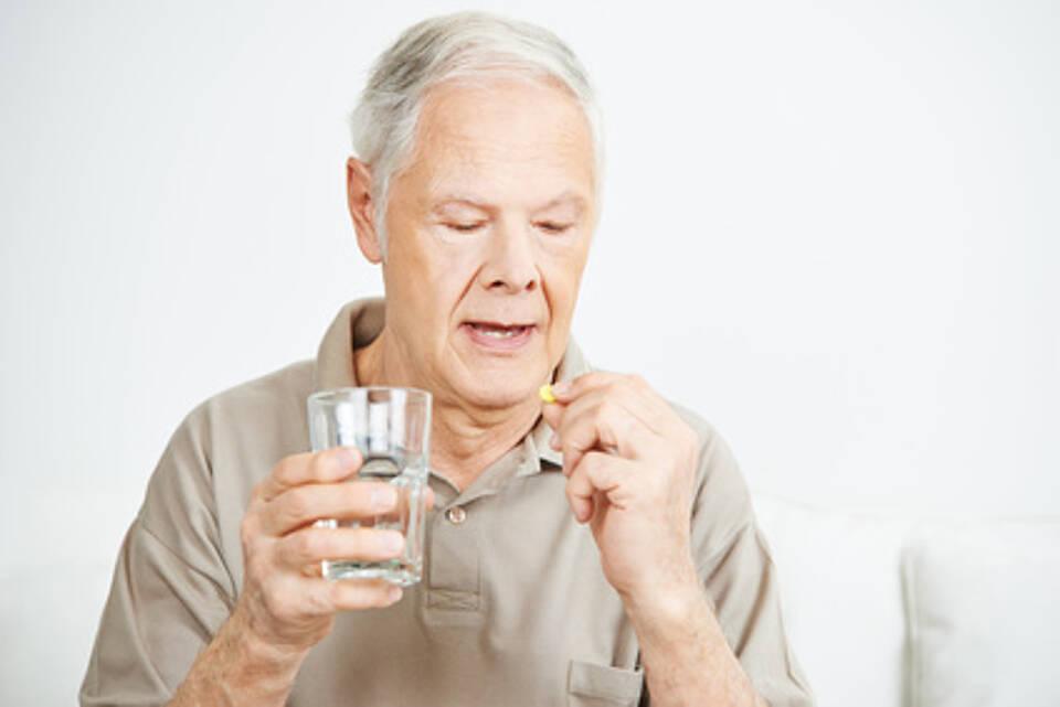 Zeitlichen Abstand halten zu Nahrung, Milch und Säften: Viele Medikamente wirken nur auf nüchternen Magen