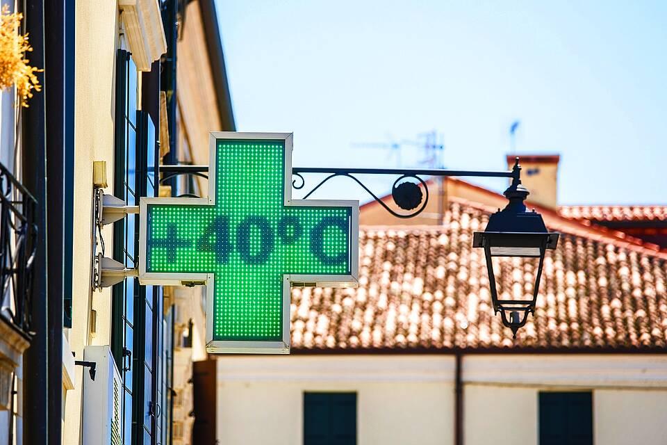 Temperaturanzeige auf 40 Grad - Schild an einer italienischen Apotheke.
