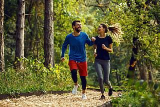 Paar beim Jogging im Wald.
