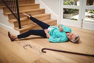 Haushaltsunfall: Seniorin ist von der Treppe gestürzt.