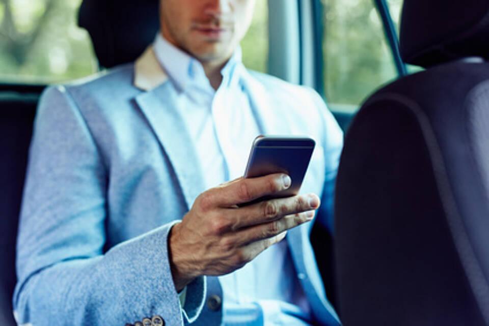 Nicht ohne mein Handy: Für Internetsüchtige gibt es jetzt ein Erste Hilfe Portal mit einer großen Adressdatenbank