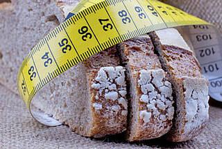 Fett reduzierte versus Low Carb Diät: Wer schnell abnehmen will, sollte das Brot ohne Butter essen. Es funktioniert aber auch umgekehrt