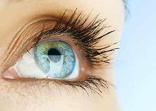Rotes Auge kann Folge von Rheuma sein