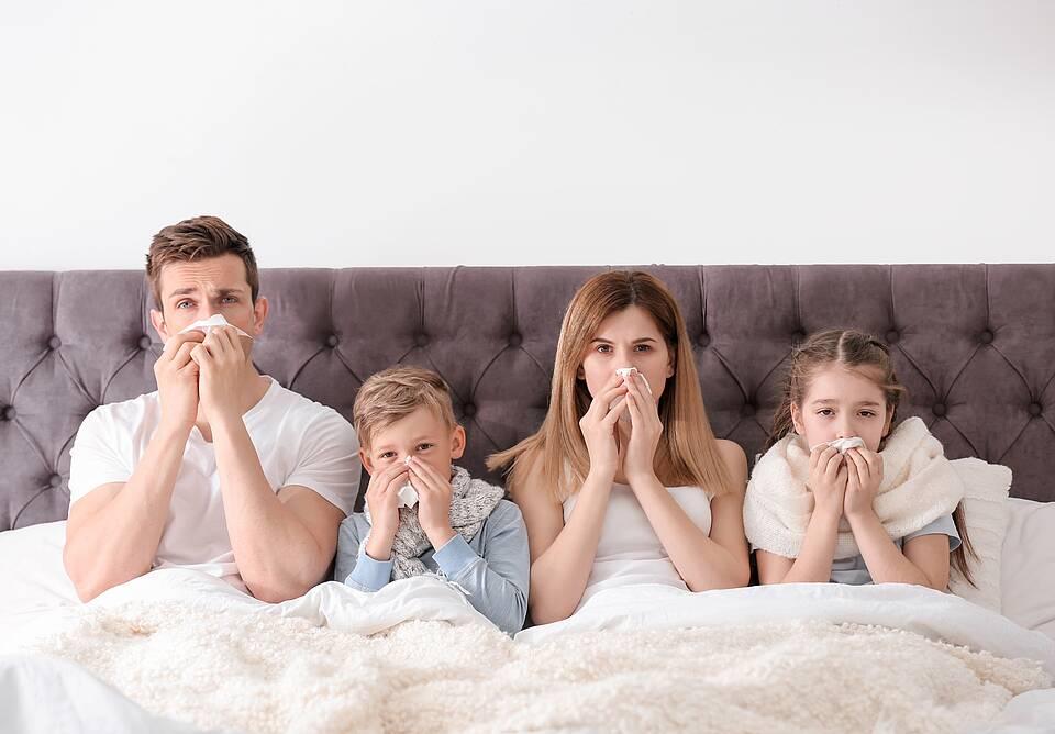 Corona Quarantäne Familie im Bett