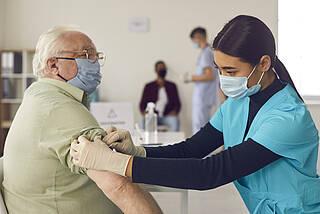Das Paul-Ehrlich-Institut prüft derzeit Dutzende Todesfälle, die sich kurz nach der Corona-Impfung ereigneten