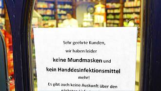 Coronavirus: Schild an Apothekentür: Desinfektionsmittel ausverkauft