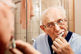 Zahnpflege, senioren, zähne, zähneputzen, mundhygiene,