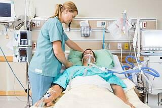 COVID-19 Patienten müssen oft mehrere Wochen beatmet werden. Danach muss sich der Körper erst einmal erholen