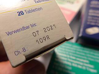 Verpackungsschachtel eines Medikaments - mit Verfallsdatum und Chargen-Bezeichung.