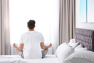 mediation, zen-mediation, hotelbett, meditieren